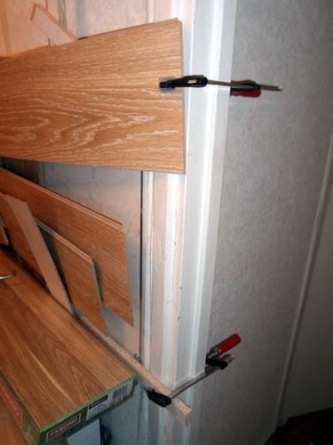 фиксация стеновой панели для склеивания