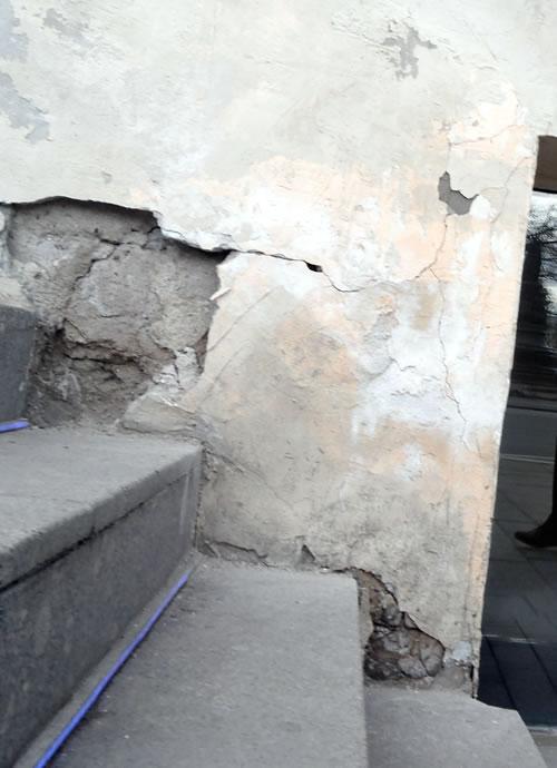 Кусочки штукатурки отвалились на многих зданиях и заделывают их по всей видимости не везде...