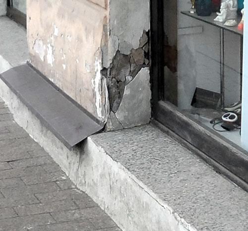 разбитые стены