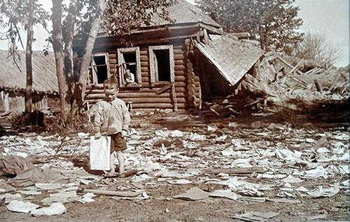 Мальчик на развалинах. Возле разгромленного штаба немецкой части. 12 августа 1942 года