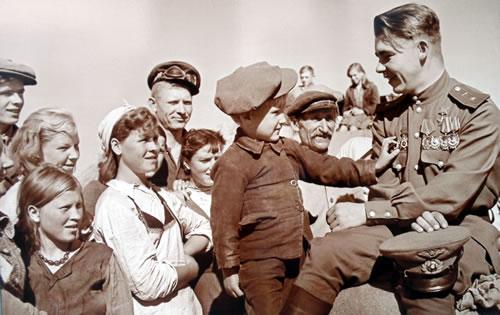 Отпуск после войны. Герой Советского Союза гвардии майор Николай Пинчук в родном колхозе. Июль-август 1945 года