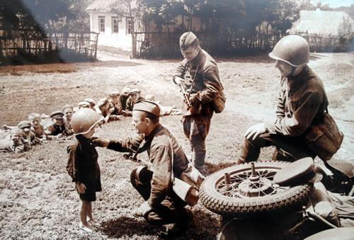 Ребята и солдаты. В освобожденной деревне. Юго-Западный фронт. 1942