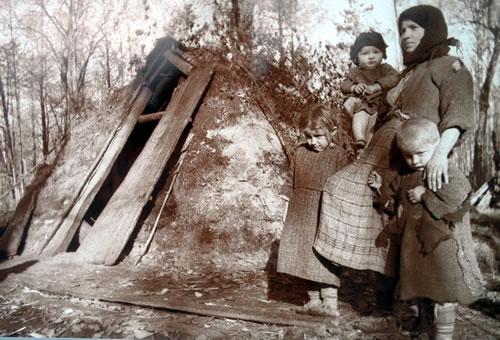 Жители сожженной деревни Доброе дерево. Западная Белоруссия, 1944. Временное жилище.